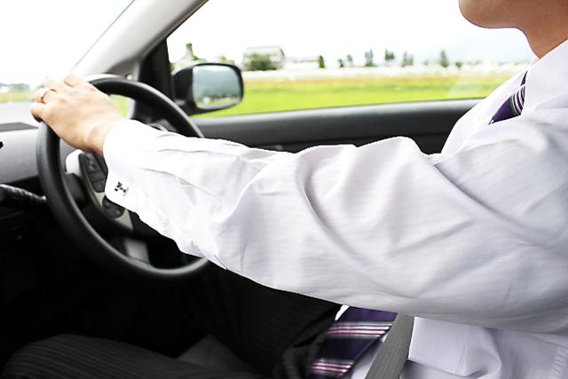 Q125 法人が負担した「マイカー通勤者の駐車場料金」は給料?